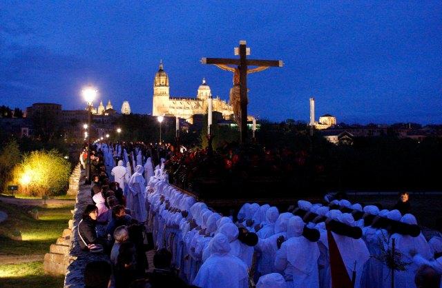 Procesión de la Hermandad del Cristo del Amor y de la Paz del Jueves Santo en Salamanca.jpg